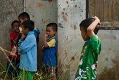 清迈泰国- 10月23日:未认出的孩子吃系统网络体系 免版税库存照片
