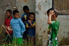 清迈泰国- 10月23日:未认出的孩子吃系统网络体系 库存图片