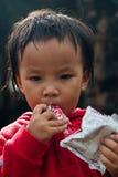 清迈泰国- 10月23日:未认出的孩子吃系统网络体系 免版税图库摄影
