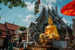 清迈,泰国,12 16 18:在银色寺庙之外 风景的广角射击 在墙壁的金和银装饰品 库存照片
