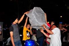 清迈,泰国:点燃纸灯 图库摄影