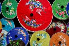 清迈,泰国: 五颜六色的纸遮阳伞 图库摄影