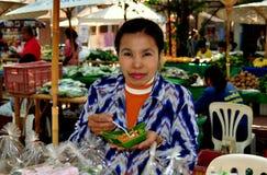 清迈,泰国: 吃在市场上的妇女 免版税库存图片