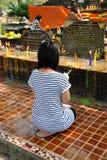 清迈,泰国: 祈祷在Wat的妇女 库存图片