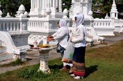 清迈,泰国: Wat的二名回教妇女 免版税库存图片