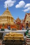 清迈,泰国素贴土井素贴佛教stupa边 免版税图库摄影