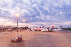 清迈,泰国- 2017年10月22日:飞机在清迈国际机场停放了在早晨 免版税图库摄影