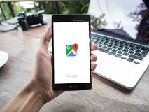 清迈,泰国- 2016年5月2日:供以人员拿着与谷歌地图app的手LG G4 免版税库存照片