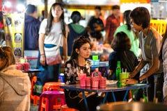 清迈,泰国- 2015年11月15日:女孩在市场上 Nig 库存图片