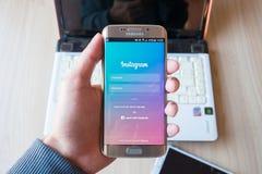 清迈,泰国- 2016年2月01日:拿着Instagram应用的屏幕快照人手使用三星星系s6边缘 免版税库存图片