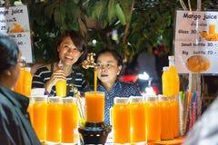 清迈,泰国- 2015年11月15日:汁液摊位所有者sel 免版税库存照片