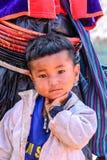 清迈,泰国- 11月2015 05日:画象在北unidentify Palaung褴褛男孩, Palaung部落居住泰国 免版税图库摄影