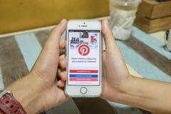 清迈,泰国- 7月16,2016 :与Pintere的苹果计算机iPhone 5s 免版税图库摄影