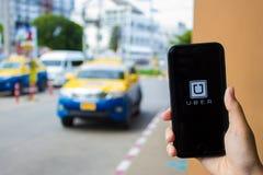 清迈,泰国- 6月13,2016 :举行Uber app的人手 免版税库存图片