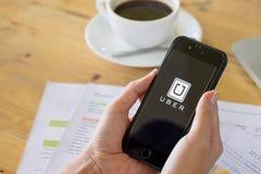 清迈,泰国- 7月14,2016 :举行Uber app的人手 库存照片