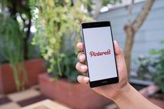 清迈,泰国- 8月05,2018 :供以人员拿着有Pinterest apps的手机在屏幕上登录的华为 Pinterest是网上 免版税库存图片