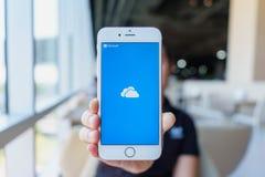 清迈,泰国- 2月22,2018:拿着苹果计算机与iCloud的妇女iPhone 6S罗斯金子在屏幕上 iCloud是云彩存贮和 库存照片