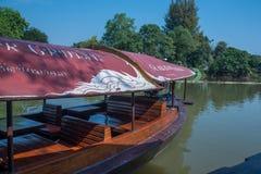 清迈,泰国- 2月18 :租等待的游人的河船巡航能体验砰河的大气 免版税库存图片