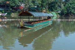 清迈,泰国- 2月18 :租等待的游人的河船巡航能体验砰河的大气 库存照片