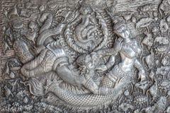 清迈,泰国- 1月17 :雕刻在墙壁上的传统泰国样式手工制造银色金属在Wat Sri素攀武里 免版税库存照片