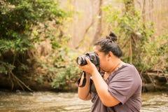 清迈,泰国1 -有照相机河photog的4月2018妇女 免版税库存图片