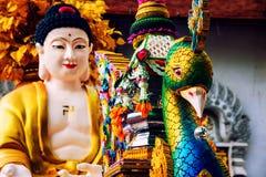 清迈,泰国 Wat Chedi Luang寺庙孔雀和菩萨雕塑  库存图片