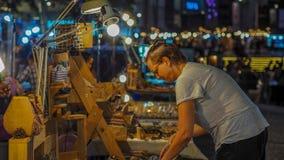 清迈,泰国Auust 06,2017 :星期天市场走的街道,出租汽车过去常常的到独特旅行未认出的游人  免版税库存图片
