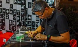 清迈,泰国Auust 06,2017 :艺术家刺字游人 在走的街道在清迈 免版税库存图片