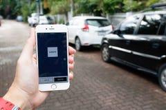 清迈, THAILAND-SEP 02,2016 :举行Uber appli的妇女手 免版税库存图片