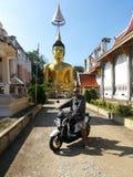 清迈- 2014年11月8日:乘坐摩托车游览的人对寺庙在清迈,泰国 库存图片