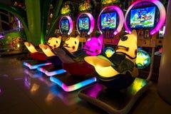 清迈/泰国- 2019年3月12日:有霓虹灯的五颜六色的投入硬币后自动操作的比赛内阁在中央节日百货店 库存图片