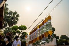 清迈/泰国- 2019年3月16日:游人戴着面具,当参观佛教寺庙在极端空气污染时时 免版税图库摄影