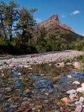 清除与山峰的Rockey小河 免版税库存照片