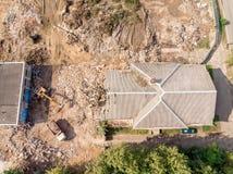 清除废墟和残骸的重型建筑机器 库存图片