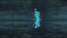 清除湖的保温潜水服下潜的人-慢动作 股票视频