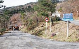 清除霜损坏的树的拖拉机 免版税库存图片