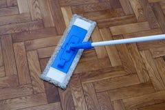 清洗一个木地板的拖把 免版税库存图片