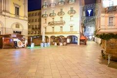 清洗中心广场的女工与圣诞节标记 免版税库存照片
