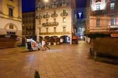 清洗中心广场的女工与圣诞节标记 免版税库存图片