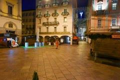 清洗中心广场的女工与圣诞节标记 库存照片