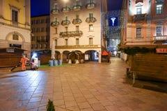 清洗中心广场的女工与圣诞节标记 库存图片