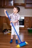 清洁 做家事的男孩 免版税图库摄影