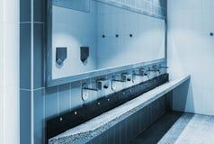 清洗内部公开的洗手间 免版税库存照片