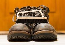 清洁刷和皮靴特写镜头 免版税库存照片