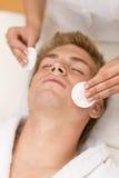 清洁化妆用品面对男性处理 免版税库存照片