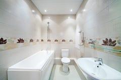 清洗卫生间与与简单的灰色瓦片的洗手间 库存图片