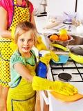 清洗厨房的孩子。 免版税库存照片