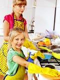 清洗厨房的孩子。 库存图片