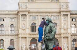 清洗古老纪念碑的工作者在前边Kunsthistorisches博物馆  免版税库存照片