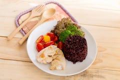 清洗吃,干净的食物、鸡烤的和菜和米 免版税库存照片